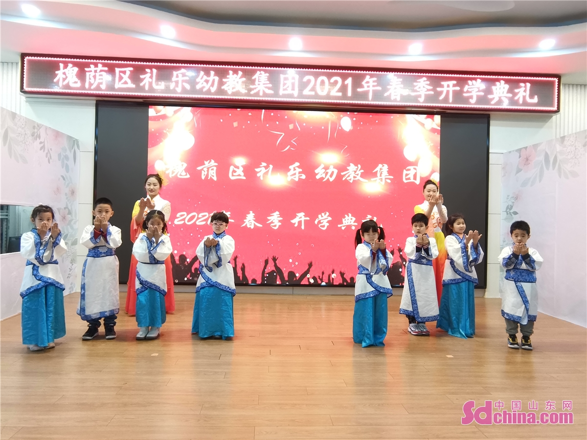 Students wearing traditional costumes perform on their first day of the new semester at Liyue Kindergarten in Jinan, capital of East China's Shandong province, March 1, 2021. Middle school and primary school students returned to school as scheduled for the spring semester in Beijing on Monday amid coordinated epidemic control efforts.<br/>