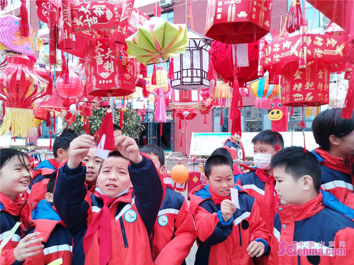 Students enjoy lanterns at Rizhao No.3 Experimental Primary School in Rizhao, East China's Shandong province, March 1, 2021 as the Latern festival has just ended. Middle school and primary school students returned to school as scheduled for the spring semester in Beijing on Monday amid coordinated epidemic control efforts.<br/>