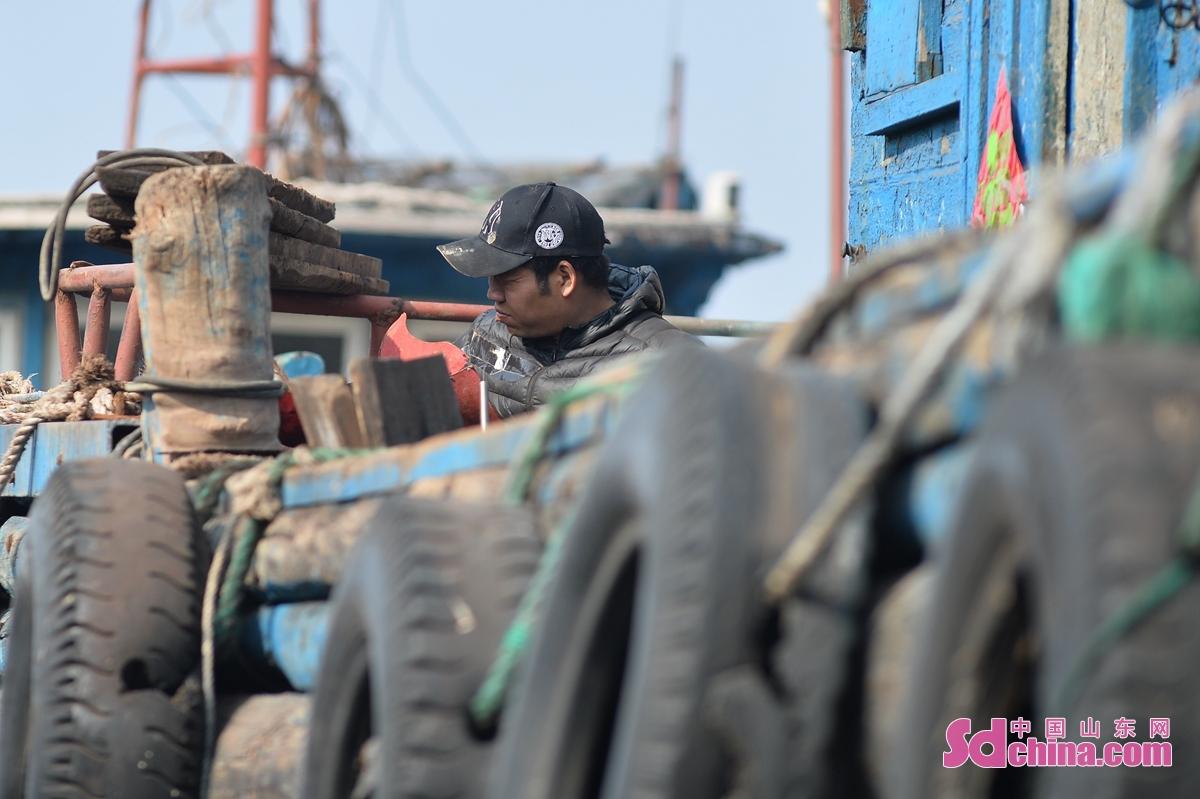 <br/>  工人在青岛市城阳区河套街道一处渔船维修厂焊接船体。<br/>