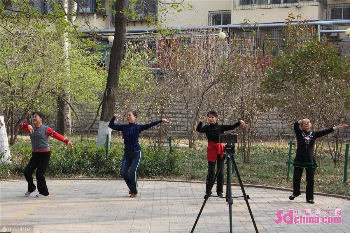 <br/>  几个市民在园区健身区排练新编的舞蹈。<br/>