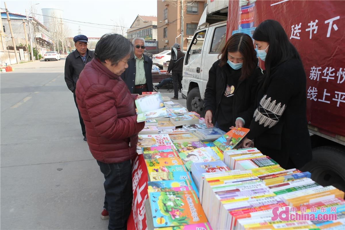 <br/>        与书籍零距离接触,点燃了居民的阅读热情。 <br/>