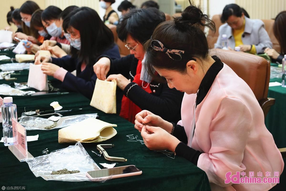 <br/>  传统口金包的制作共分为十二道工序,今天张老师带大家体验最后的两道工序,缝合口金包的里和面,并缝上口金。<br/>
