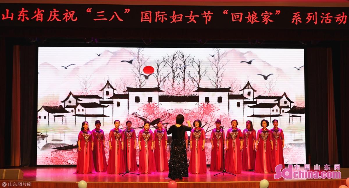 <br/>  省妇女儿童活动中心女子文化馆学员还表演了舞蹈、模特走秀、合唱、二胡等节目。<br/>