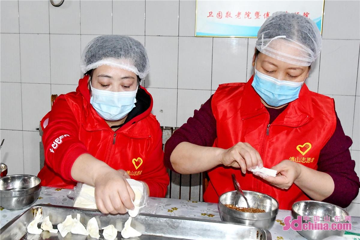 <br/>     厨房里,志愿们者们分工有序、动作娴熟。<br/>