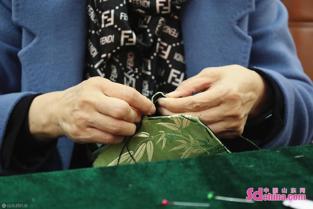 <br/>  张老师介绍,传统口金包缝制是一门考验静心的手艺,严格按照规范操作才最为便捷。<br/>