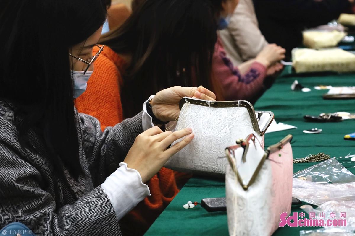 <br/>  缝上口金后,手中的包包逐渐成型。
