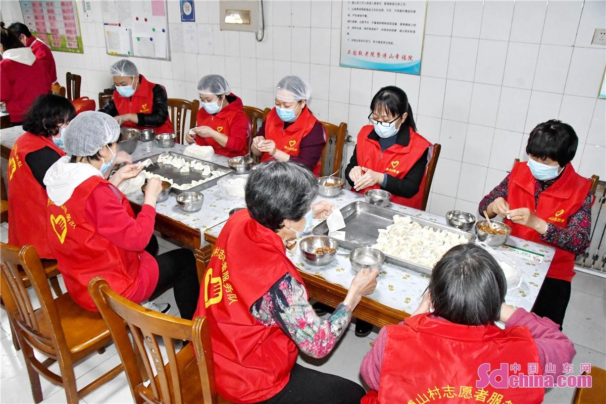 <br/>      巾帼志愿服务队与&ldquo;陪你到老&rdquo;志愿服务队的志愿者们来到傅山敬老院,为老人们包馄饨。<br/>