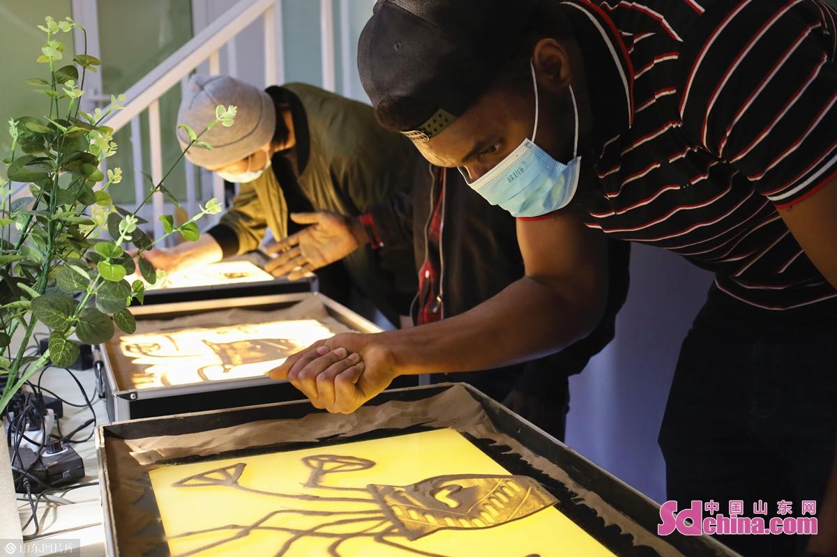 <br/>  在沉浸式的体验中,国际学生们熟悉了沙画的基本技法,完成了自己的第一组沙画作品。<br/>