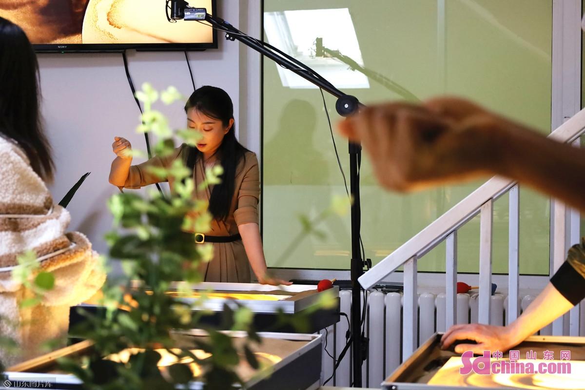 <br/>  近日,来自蒙古、尼日利亚、吉尔吉斯斯坦和塞内加尔的四名国际学生来到山东省沙画协会会员单位沙粒艺术沙画馆,跟随沙画艺术家吕春娜学习沙画制作。<br/>