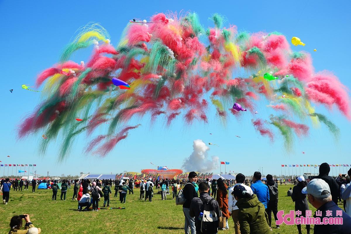 <br/>  4月17日上午,第38届潍坊国际风筝会大型主题风筝放飞表演暨万人放飞活动在潍坊滨海举行。<br/>