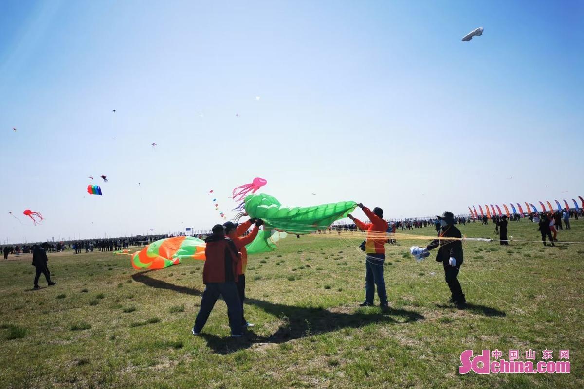<br/>  据了解,本届世界风筝锦标赛共有来自全国31个省、市、自治区和澳门特别行政区的118支队伍、500名放飞队员、1628只形态各异的风筝参加比赛和表演。<br/>