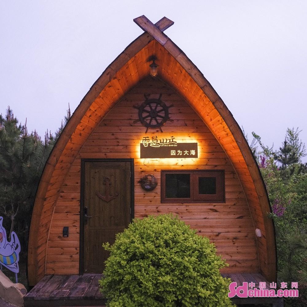 <br/>  云过山丘茶旅文创园内的船屋民宿是由旧的渔船改造而来。<br/>