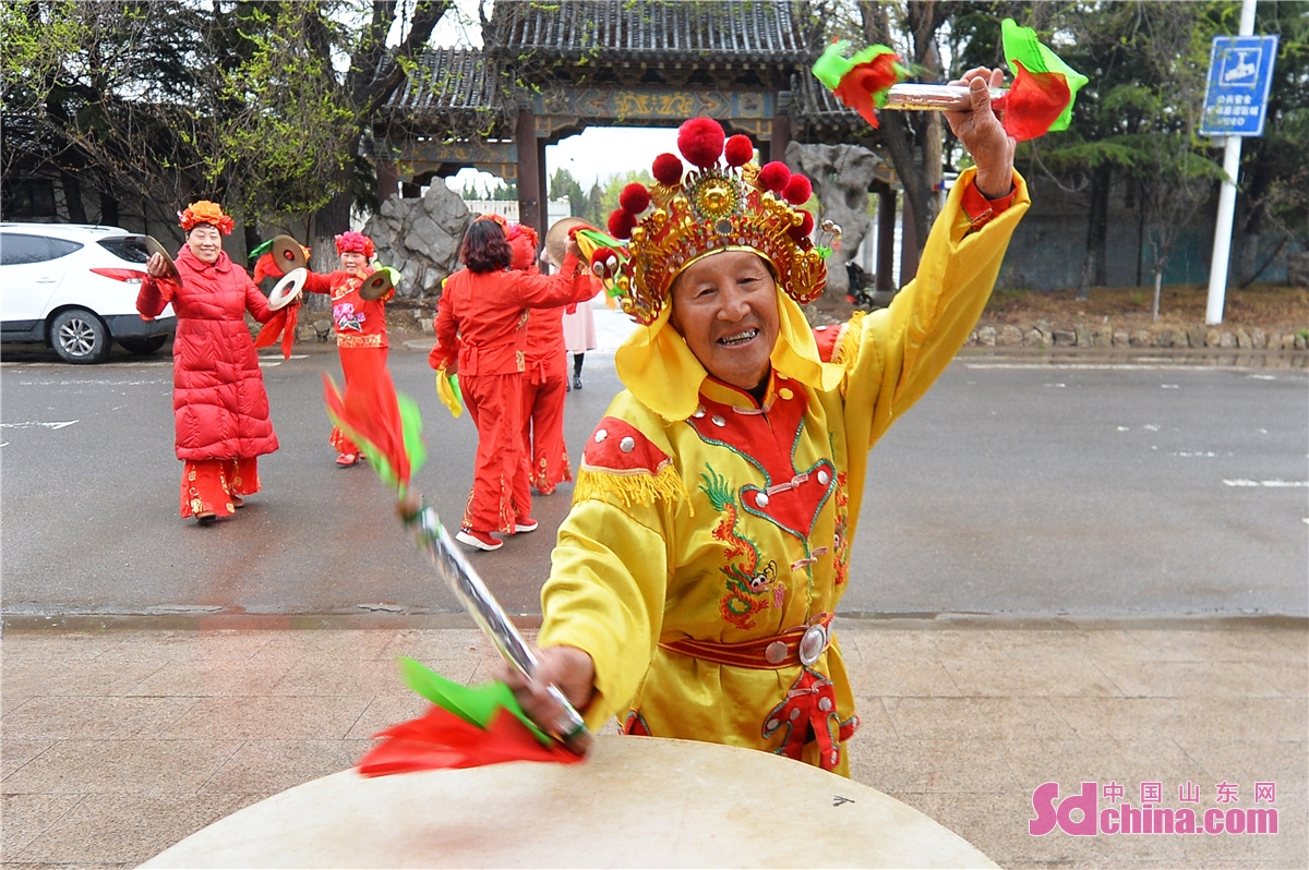 <br/>On April 3, 2021, residents of Hanjia Folk Village in Chengyang District of Qingdao, east China's Shandong Province, celebrate the Qingming Festival with traditional folk custom programs to commemorate fishing progenitor.<br/>