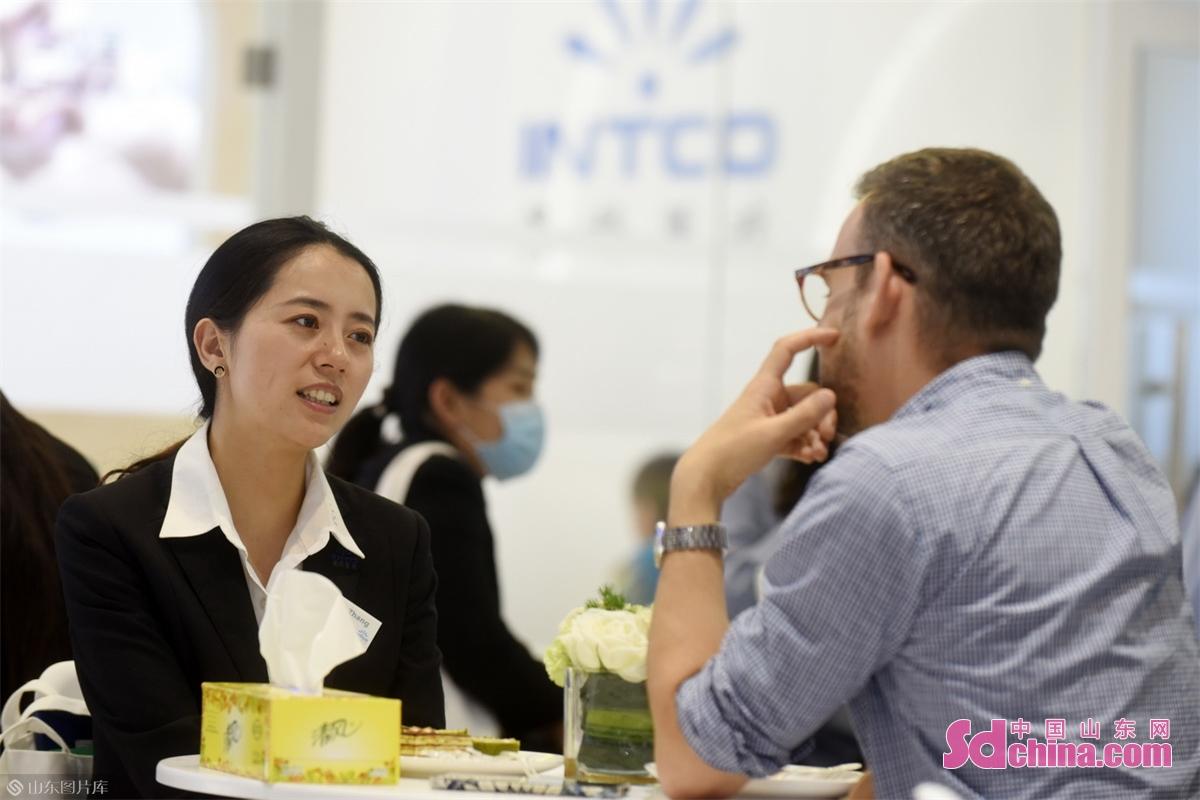 <br/>  英科医疗产品在中国及全球拥有卓越的市场占有率,在创新自动化生产设施、先进制作工艺、品牌营销与口碑等诸多方面,英科医疗都具有较为显著的领先优势。图为英科医疗工作人员正与外国客商交流。<br/>