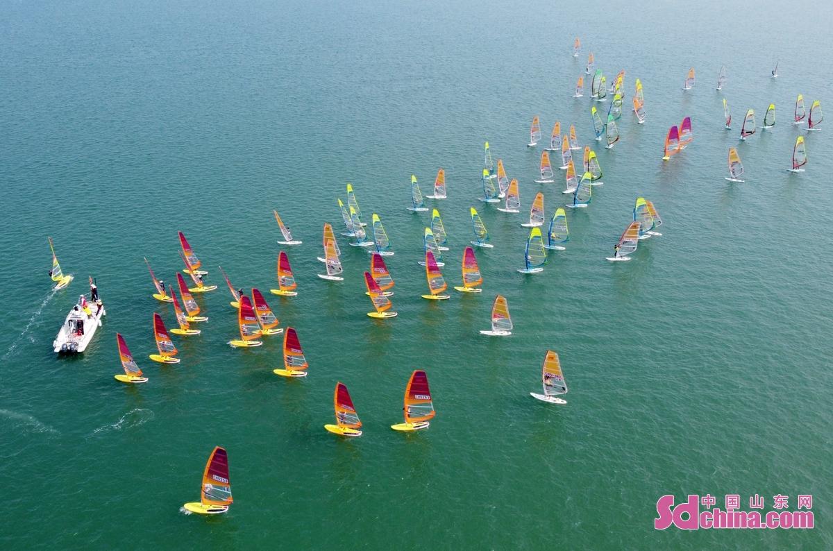 <br/>  日前,2021年全国帆板冠军赛暨东京奥运会帆板项目备战大合练在山东荣成桑沟湾海域举行。<br/>