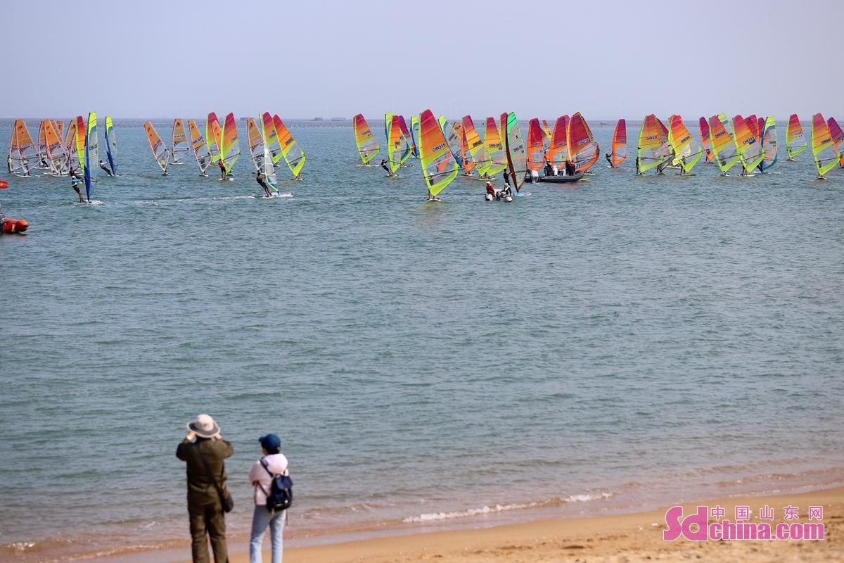 <br/>  在山东荣成滨海公园海边,人们在观赏比赛。<br/>