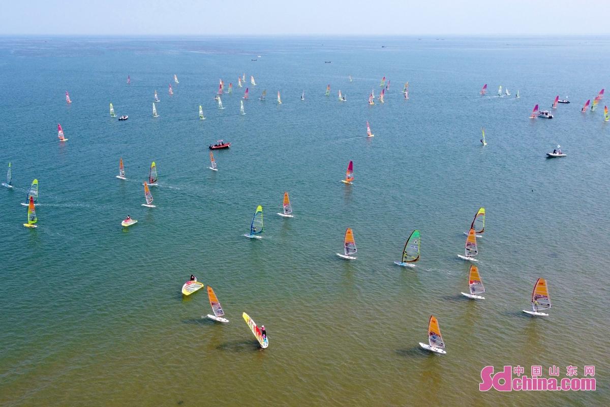 <br/>  在山东荣成桑沟湾滨海公园海域,参赛选手在参加比赛。<br/>