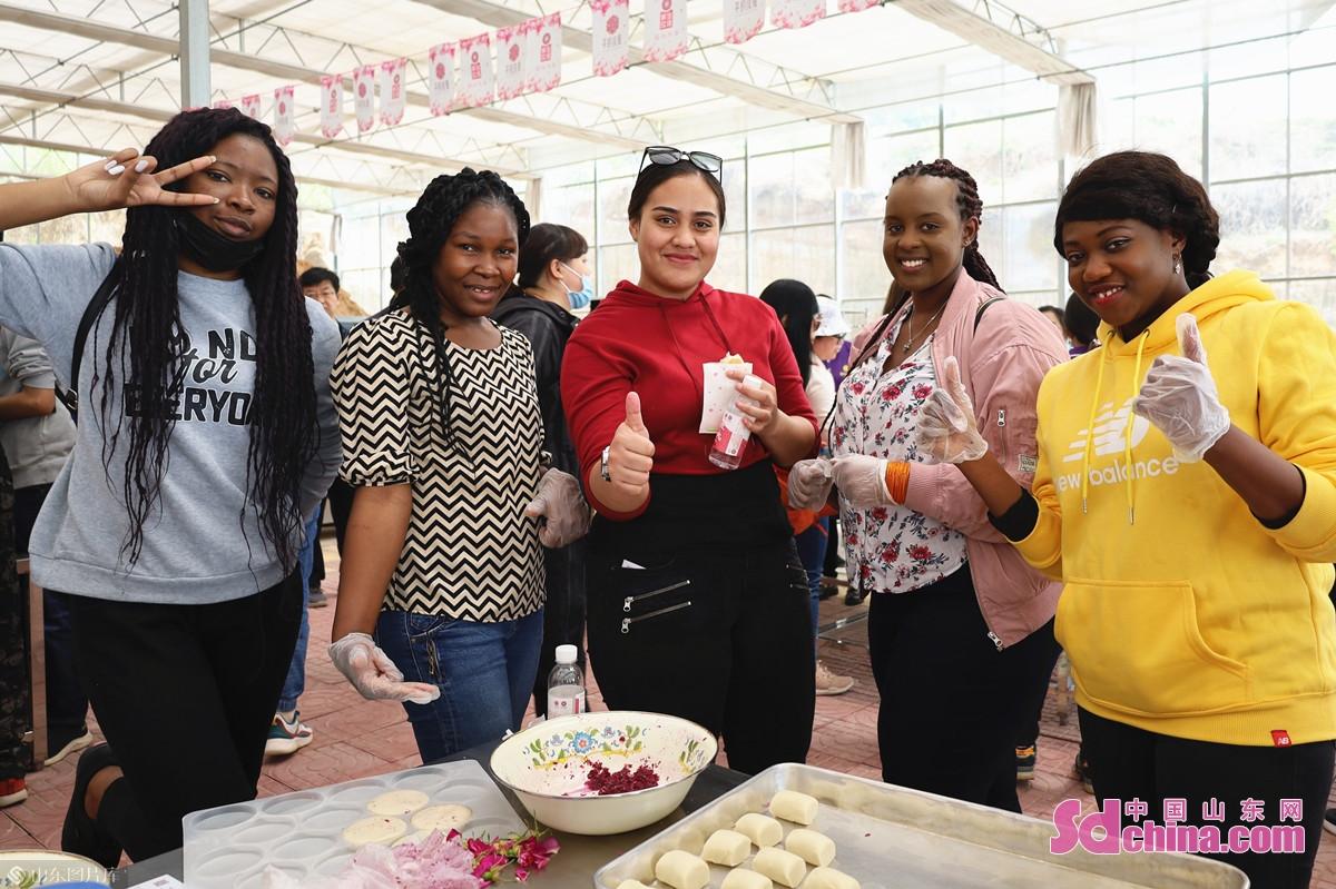 <br/>  &ldquo;今天才知道,原来花还可以食用,真是新鲜!&rdquo;来自加蓬的罗玉(Naomi Christiane,左一)告诉记者。<br/>