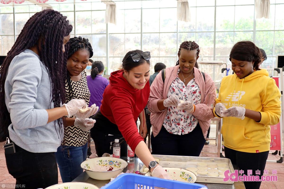 <br/>  上午,国际学生来到紫金玫瑰生态基地,体验手工制作玫瑰鲜花饼。<br/>