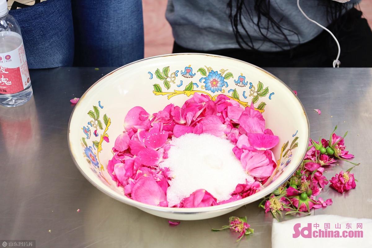 <br/>  玫瑰鲜花饼的手工制作主要分为三个步骤:调制馅料、填充面饼、入箱烤制。<br/>