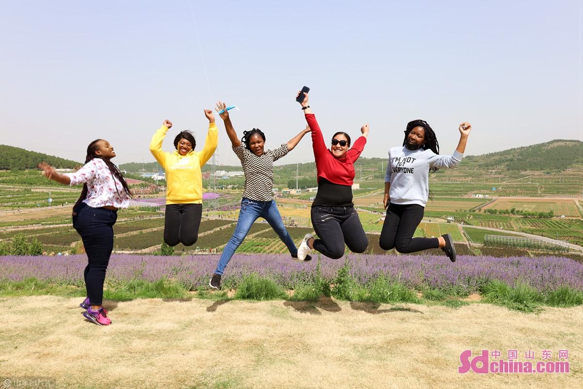 <br/>  下午,国际学生游览了芳蕾&middot;东方玫瑰花乡田园综合体,在美丽的花海中尽情欣赏,拍照留念。<br/>