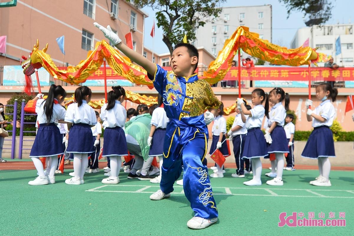 <br/>  孩子在运动会现场表演长拳三路武术<br/>