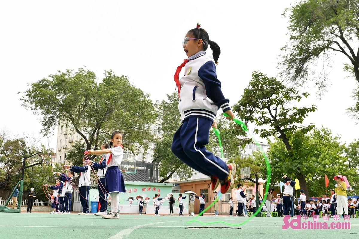 <br/>  孩子们在趣味运动会上进行跳绳比赛<br/>