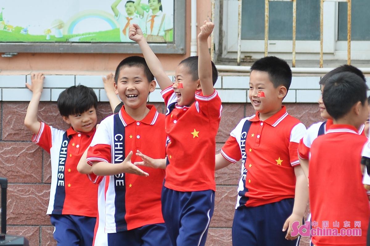 <br/>  孩子们在本班比赛获胜时开心欢跃<br/>
