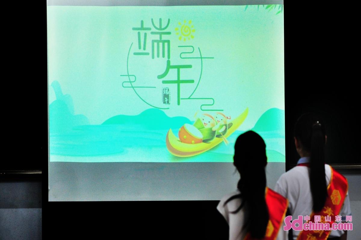 <br/>  青岛市明德小学的学生在技师学院老师的讲解下,了解端午节的来历,学习中华传统文化。