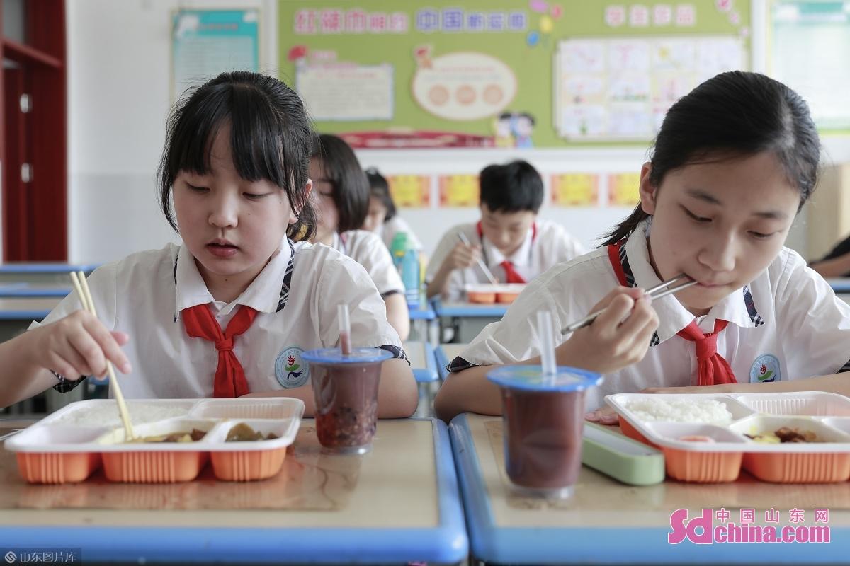 <br/>  6月11日,在日照市第三实验小学教室就餐的学生。<br/>
