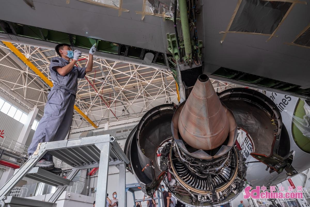 <br/>  近年来,园区依托特有的&ldquo;海陆空&rdquo;一体化交通优势,聚焦航空产业、高端装备制造业和现代物流业产业体系,大力发展航空维修、航空培训等新业态,打造特色鲜明的产业群。6月12日,山东太古日照基地,技师检查ERJ190飞机机翼状态。<br/>
