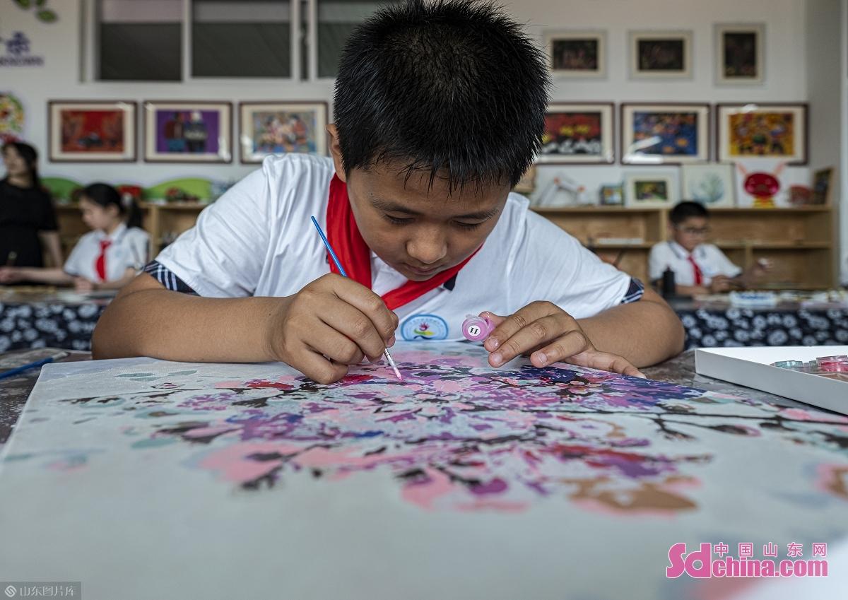 <br/>  6月11日,在日照市第三实验小学参加午间配餐的学生利用餐后时间练习绘画。<br/>