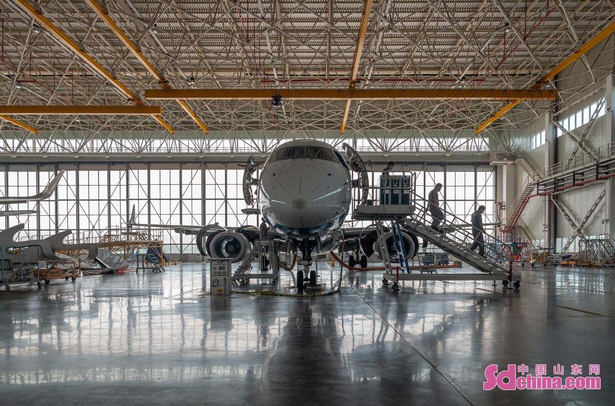 <br/>  作为山东日照市重点打造的航空产业聚集区,日照空港经济开发区依托海陆空&rdquo;一体化交通优势,大力发展航空维修、航空培训等新业态,成为山东省通航训练的主要基地。6月12日,山东太古日照基地,受多彩贵州航空公司委托,一架ERJ190飞机在机库中等待保养维护。<br/>