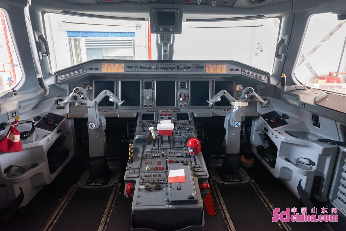 <br/>  ERJ190飞机采用了电传操控、新一代航电和复合材料等先进技术。<br/>