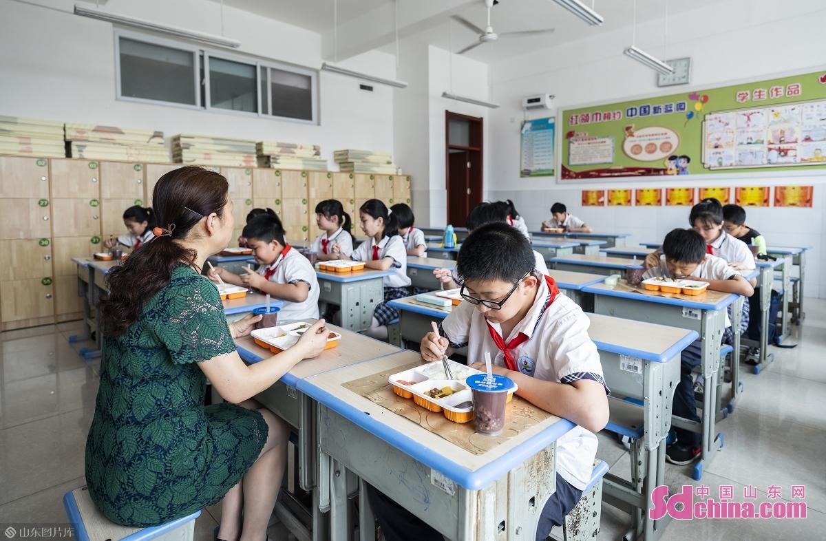 <br/>  6月11日,在日照市第三实验小学参加午间配餐的学生们正在有序就餐。<br/>