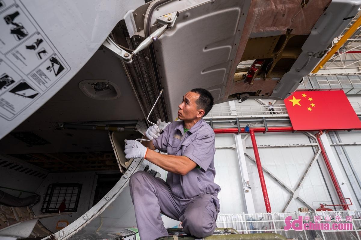 <br/>  6月12日,山东太古日照基地,技师检查ERJ190飞机货舱状态。<br/>