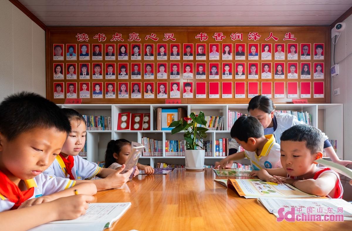 <br/>  日照市の小草坡村で、2800冊の本は農民から寄付されたものである。<br/>