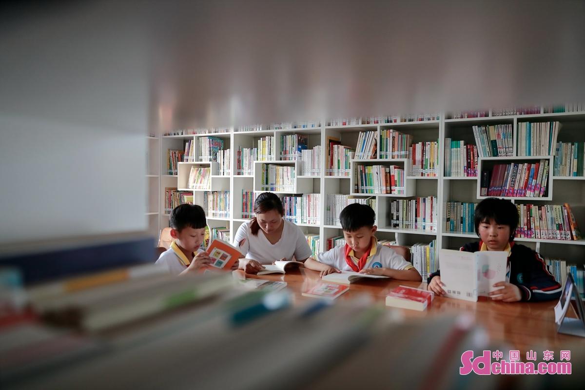 <br/>  図書室で本を読んでいる子供たち。<br/>