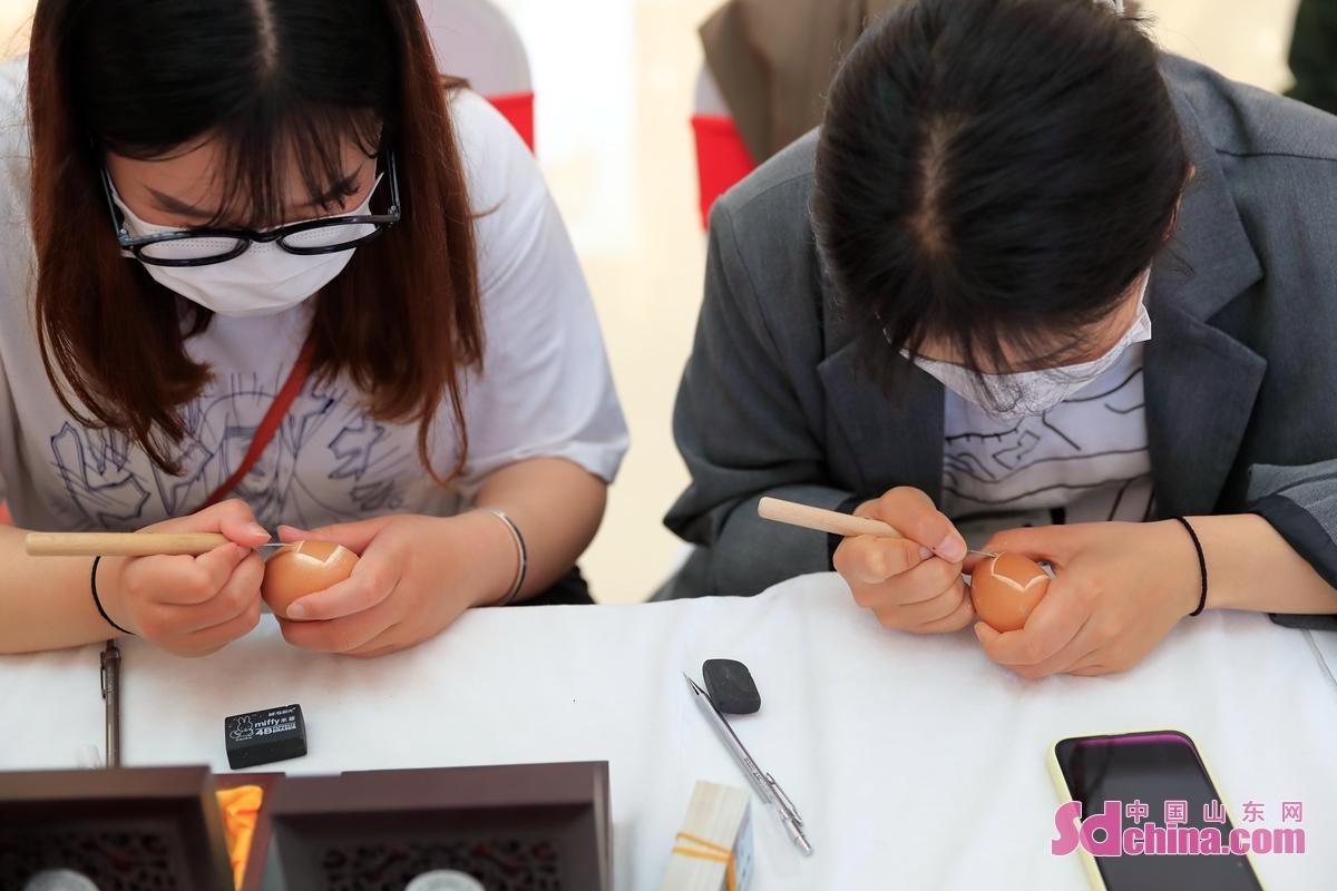 <br/>  在日照市东港区&ldquo;非遗&rdquo;展演现场,艺人在做蛋雕。<br/>