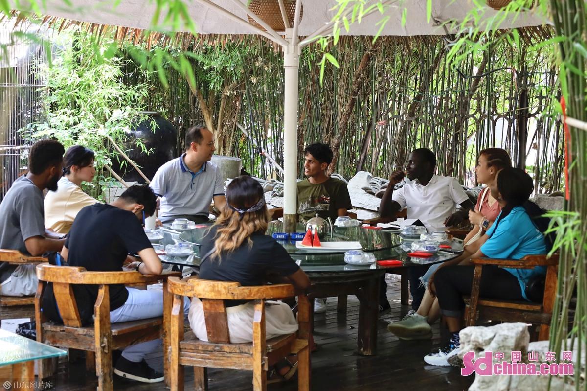 <br/>  今回の体験イベントの指導教官を担当している方は国家中華料理審査員の閆和田さん。閆さんによると、山東料理は中国四大料理(四大菜系、或いは八大菜系)のひとつであり、春秋時代から始まり、今から2000年以上の歴史を持ち、北方料理の代表だと言われている。糖醋鯉魚、九転大腸などは代表的な料理である。<br/>