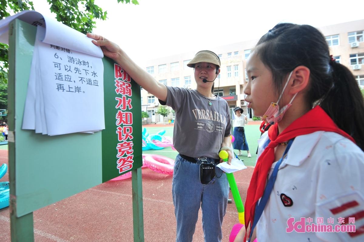 <br/>  学生在青岛市杭州路小学暑期防溺水教育主题活动中答题。<br/>