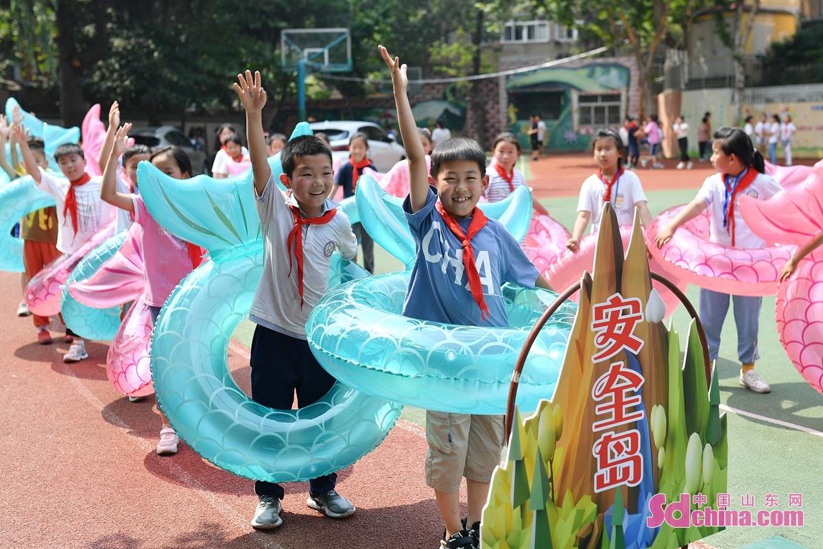 <br/>  学生在暑期防溺水教育主题活动中抢答防溺水安全知识。<br/>