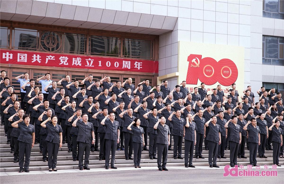 <br/>  2021年7月1日,淄博市中级人民法院组织全体党员干警重温入党誓词,向建党百年华诞致敬。<br/>