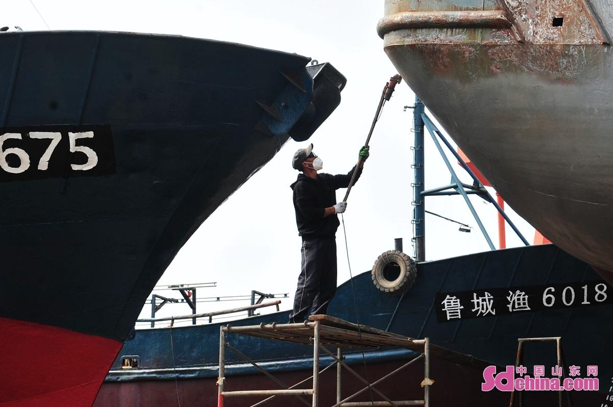 <br/>  2021年8月24日、今年の休漁期が終了まであと1週間があり、山東省青島市城陽区に位置する漁船整備工場のスタッフは働いている。<br/>
