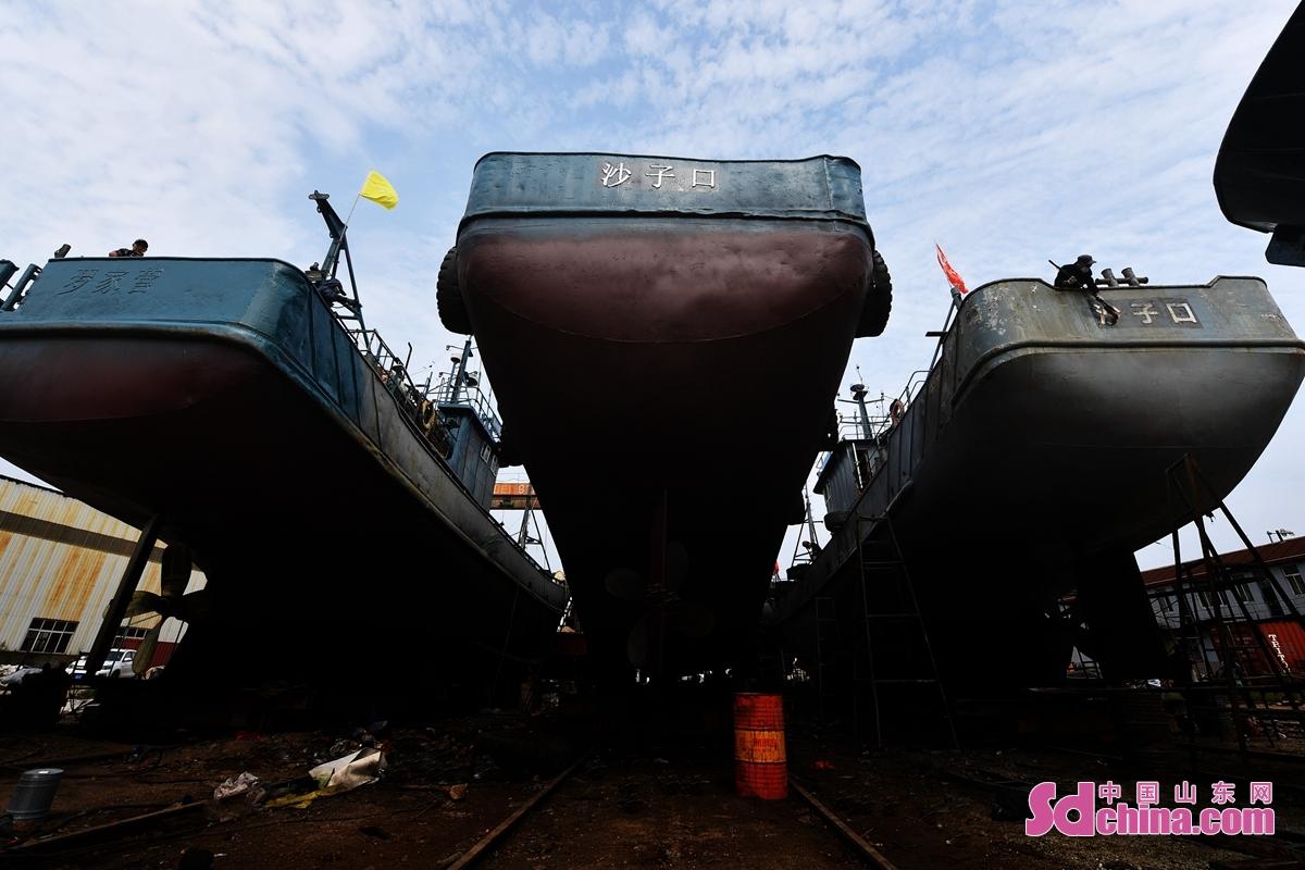 올해 휴어기가 곡 끝날 거니 칭다오시 성양구 어선 수리도 공사의 말기에 들어간다. 직원들이 가속 어선 관리 작업을 진행하여 휴어기 마치면 즉시 생산에 투입할 수 있게 한다.<br/>