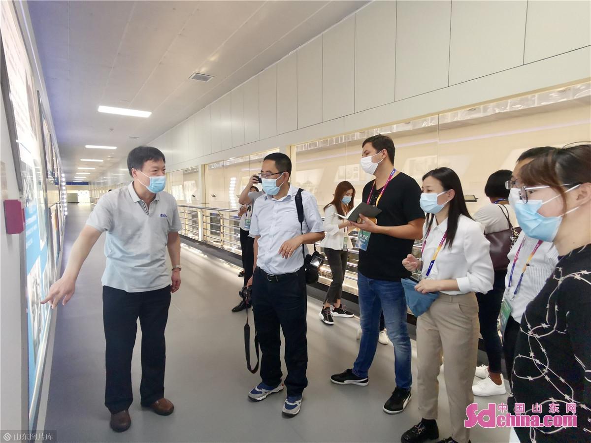 9月10日午前、国際食糧減損大会外国メディア取材チームは済南佳宝乳業有限公司を訪れた。アメリカ、イギリス、韓国、日本、キューバ、オーストリア、ポルトガルからのメディアからなる外国メディア取材チームは佳宝団地に入り、国家級農業産業化重点竜頭企業のスマート化生産プロセスを見学した。<br/>