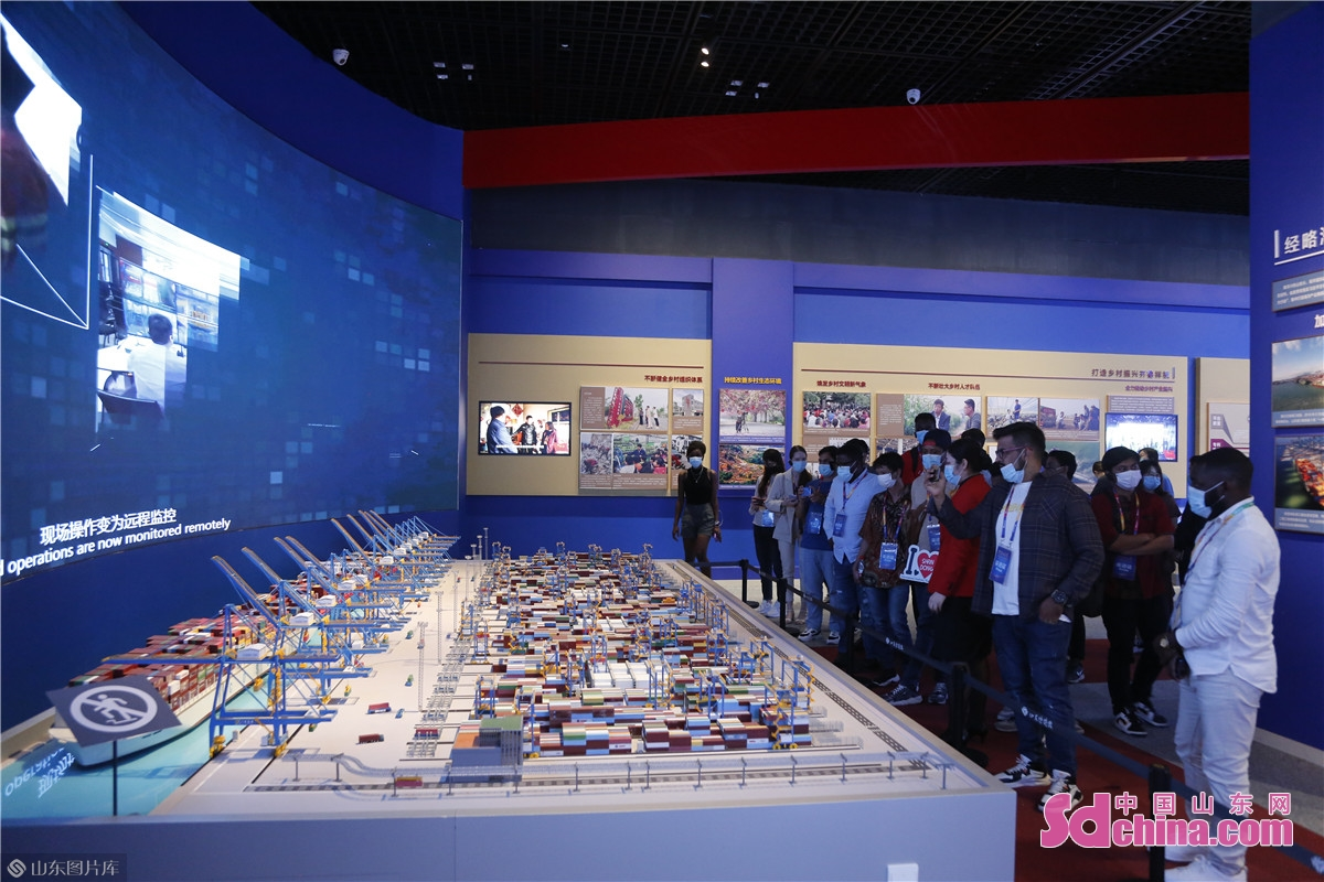 On the afternoon of September 17th, 28 international students in Shandong from 16 countries visited the Jinan Starting Area for Transformation of New and Old Development Drivers, Sanjianxi Village and Shandong Museum to explore the development path of Jinan.