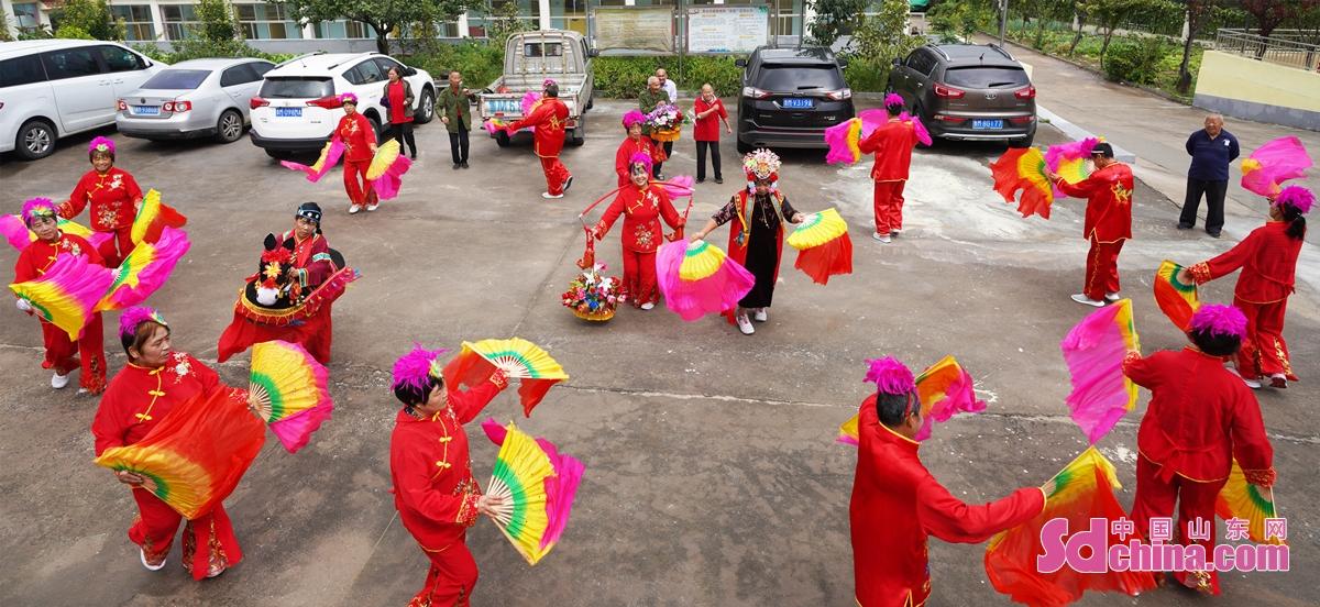 <br/>  2021年9月20日,山东省邹平市黄山街道敬老院入住的老人们和工作人员一起装扮起来,快乐扭秧歌。<br/>