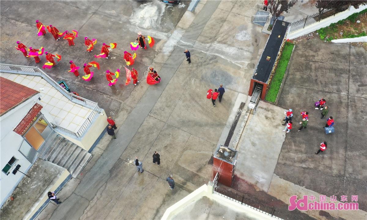 <br/>  2021年9月20日,山东省邹平市黄山街道新时代文明实践志愿者迎接老人们入住整修后的敬老院。<br/>