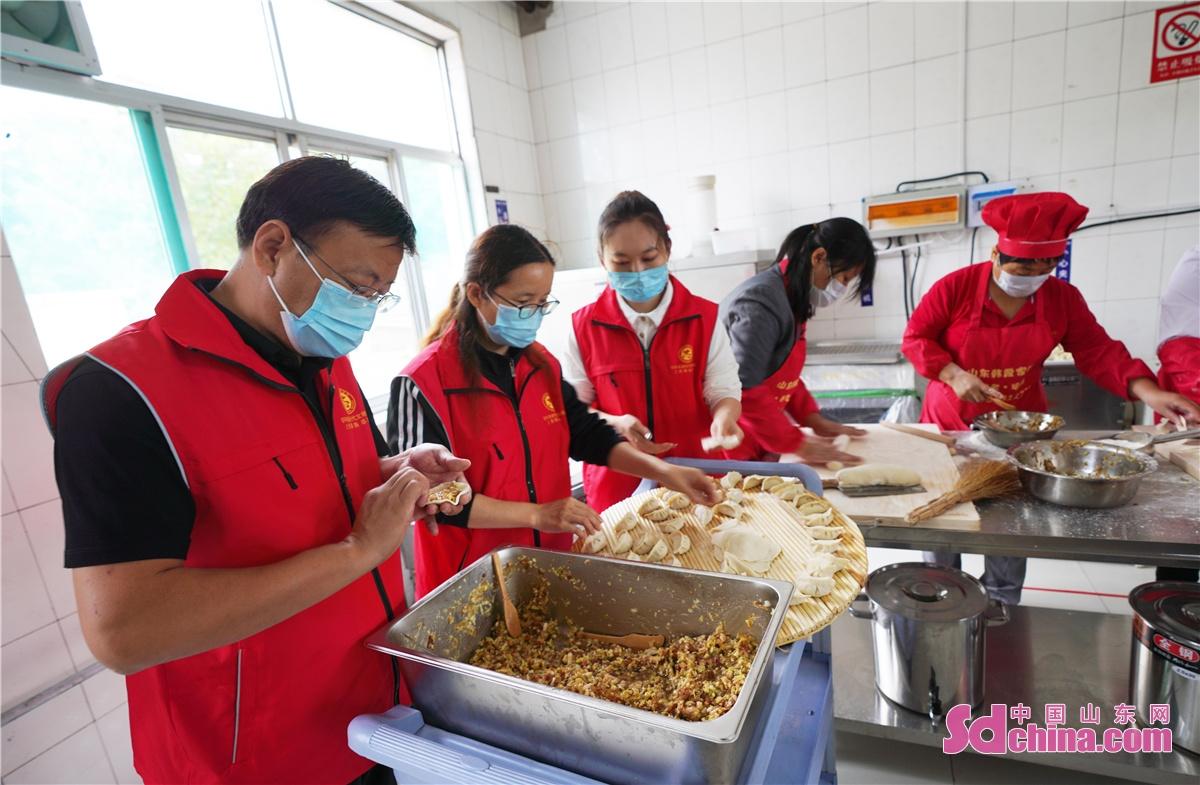 <br/>  2021年9月20日,山东省邹平市黄山街道新时代文明实践志愿者一起为老人们包水饺。<br/>